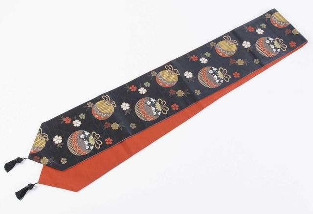 ◆雑誌掲載商品◆アンティーク帯リメイク(黒×朱)桜と手毬のテーブルランナー