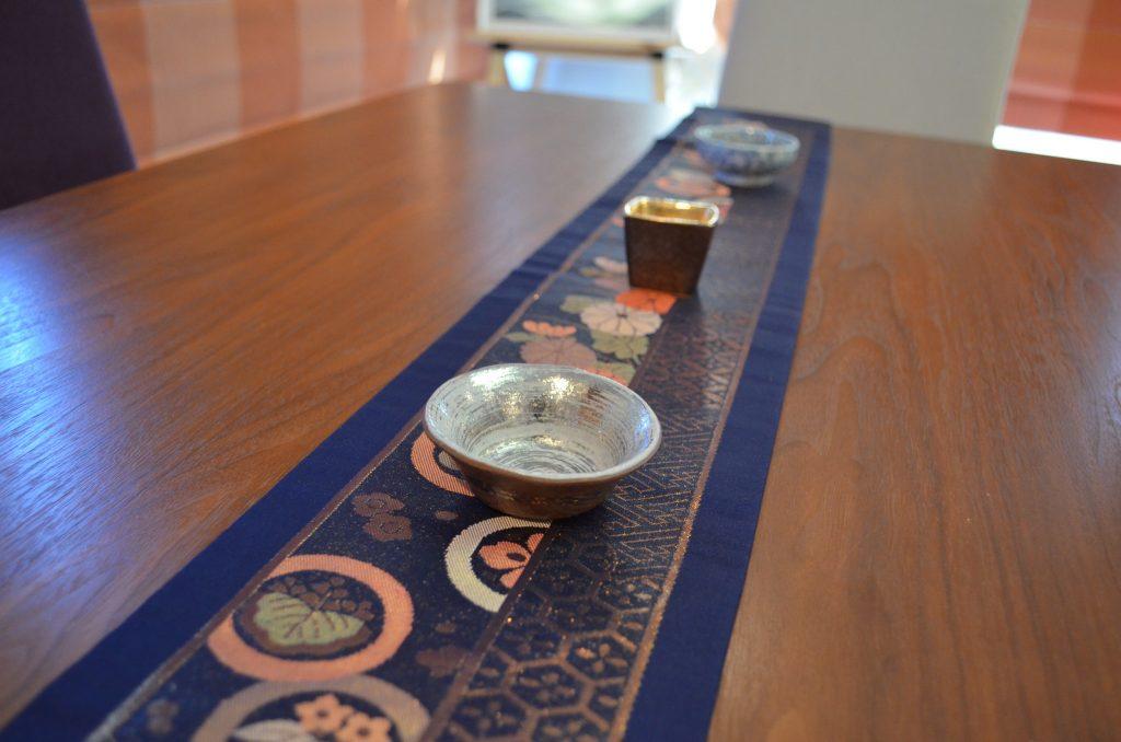 【蝶よ花よ 両側リバーシブル(紺×金)正絹テーブルランナー タッセル付き】